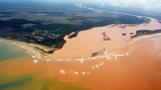 vue-aerienne-du-fleuve-rio-doce-pollue-apres-la-rupture-d-un-barrage-de-dechets-miniers-le-24-novembre-2015-a-regencia-dans-l-etat-d-espirito-santo-au-bresil