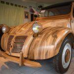 INSOLITE : Un ébéniste fabrique une 2CV en bois, et elle roule !