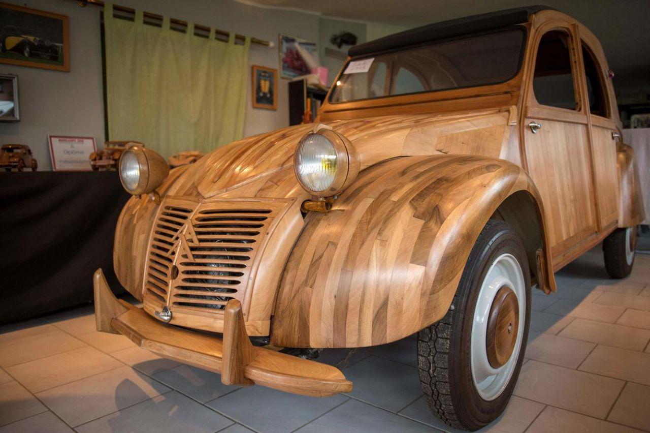 insolite   un  u00e9b u00e9niste fabrique une 2cv en bois  et elle