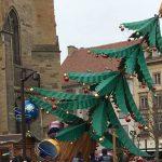 Un manège en forme de sapin bascule à Colmar