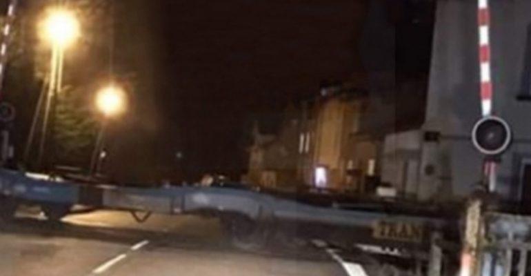 Un train arrêté en Lorraine, en plein passage à niveau, sans feu ni barrière, crée la polémique