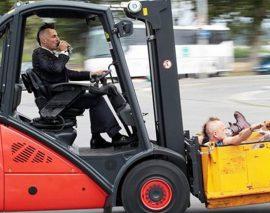 Ses amis lui confisquent ses clés de voiture, il rentre en chariot élévateur