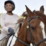 Elle a 89 ans et remporte sa première compétition hippique