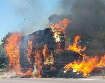 [VIDÉO]Un camion de paille a pris feu sur l'A31 et provoque des kilomètres de bouchon