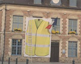 Un maire déploie un immense gilet jaune sur sa mairie !