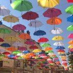 Des parapluies aux mille couleurs fleurissent le ciel de Longwy