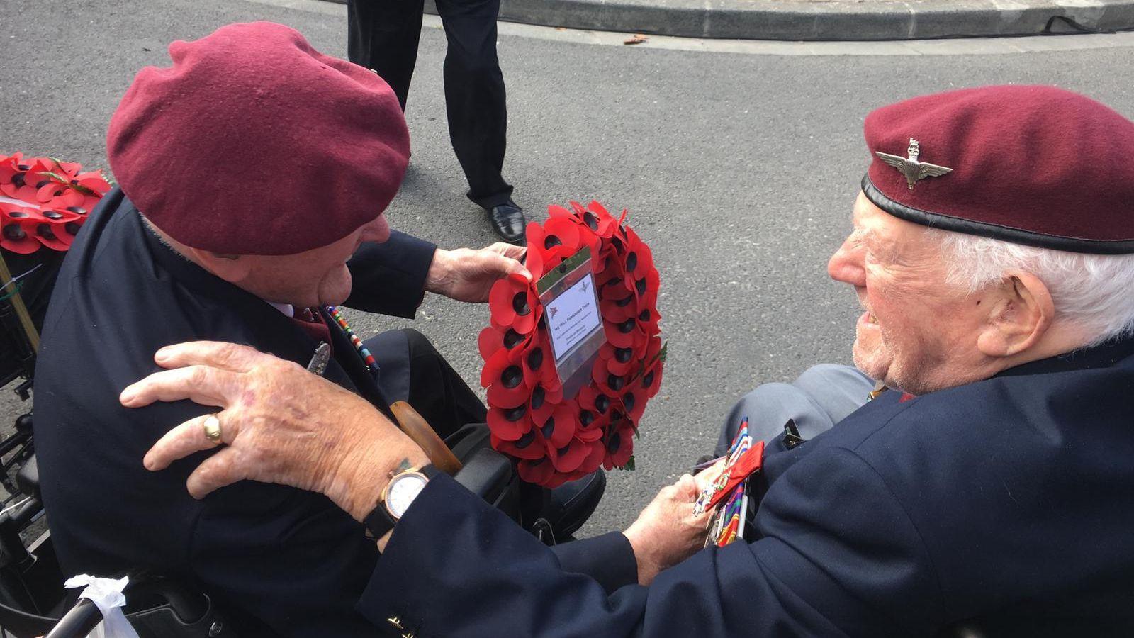deux-veteran-se-retrouvent-en-normandie-ranville-2019