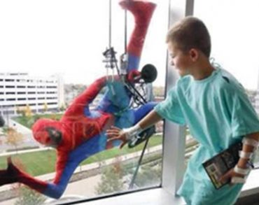 Spider-man, Superman et Capitain America rendent visite aux enfants de l'hôpital Kirchberg