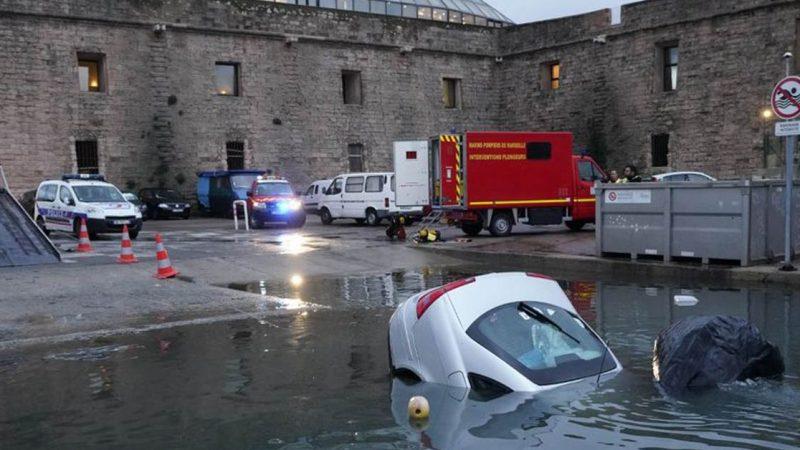 Vidéo – Ils suivent leur GPS et finissent dans le Vieux-Port de Marseille avec leur véhicule