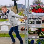 Plutôt que de jeter ses invendus, il fleurit les tombes de sa commune